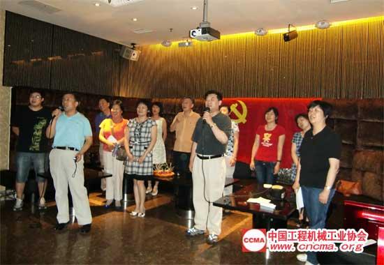 协会全体党员和工作人员在苏子孟秘书长带领下合唱红歌