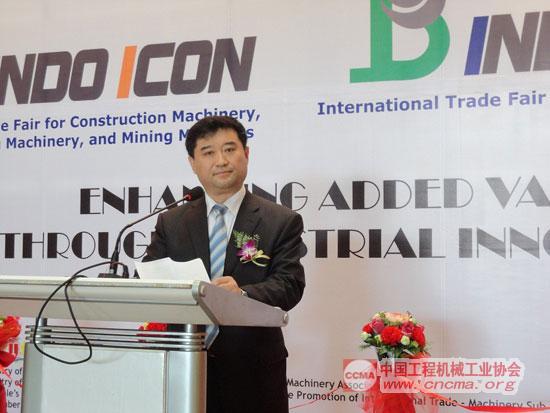 中国工程机械工业协会秘书长苏子孟在开幕式上致辞
