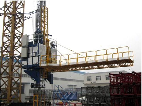 异型高耸建筑主体施工多功能升降机