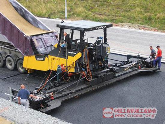 沃尔沃abg8820型沥青摊铺机采用液压伸缩熨平板图片